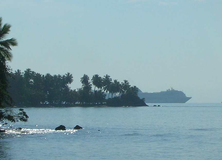 nave da crociera dietro all'isola di cayo levantado