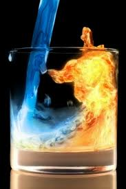 Bicchiere con acqua e fuoco dentro