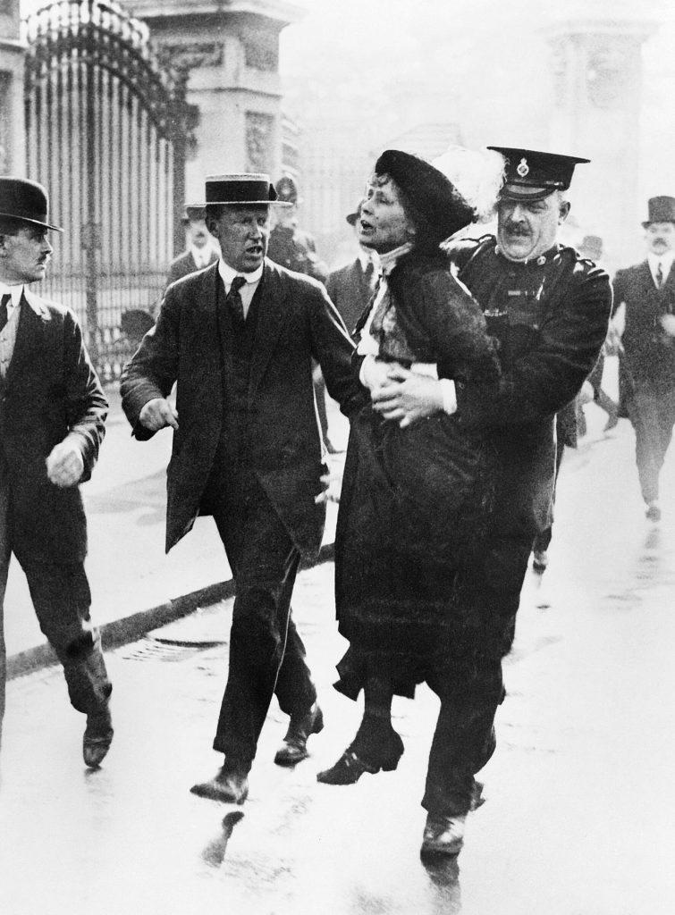 Emmeline Pankhurst arrestata davanti a Buckingham Palace mente tenta di portare una petizione al re Giorgio V, maggio 1914
