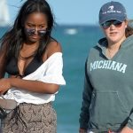 PRESIDENT BARRACK OBAMA'S DAUGHTER SASHA OBAMA (C) WALKS WITH FRIENDS ON THE BEACH ON JANUARY 14 2017 IN MIAMI BEACH. SASHA OBAMA (BARACK OBAMA'S DAUGHTER)
