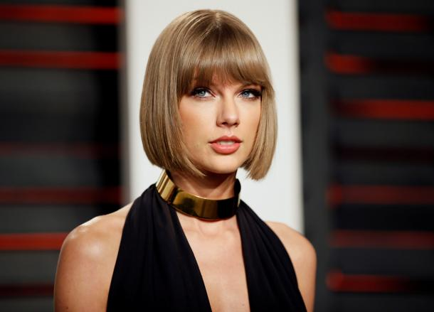 Singer Taylor Swift arrives at the Vanity Fair Oscar Party in Beverly Hills, California February 28, 2016.  REUTERS/Danny Moloshok/File photo