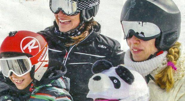2304275_alena_seredova_sulla_neve_con_i_figli (1)