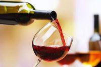 Un bicchiere di vino rosso o una birra a cena aumentano il rischio d'infarto
