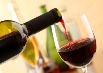 5 bicchieri di vino a settimana accorciano la vita: le ricerche che cambiano i parametri sull'alcol