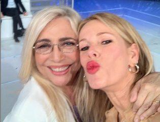Domenica In, Alessia Marcuzzi da Mara Venier: «Sono gelosa di mio marito», e in studio spunta la mamma Il selfie