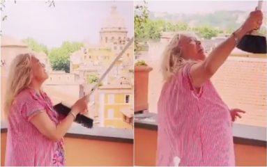 Mara Venier, il video in cui caccia i gabbiani con la scopa fa il giro del web: «Cag***, non se ne può più»