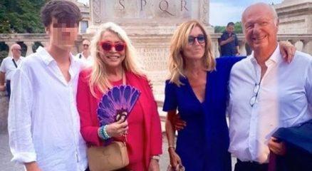Mara Venier vestita di rosso per il matrimonio del figlio Paolo a Roma