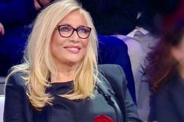"""Mara Venier signora della tv, resta a """"Domenica In"""" e guadagna la prima serata: così la Rai risponde a """"C'è posta per te"""""""
