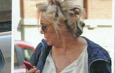 Mara Venier con l'inedito look casual: in giro per la Capitale con i bigodini