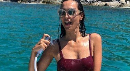 Caterina Balivo, doccia hot in barca per Ferragosto. Poi quella critica tanto fastidiosa