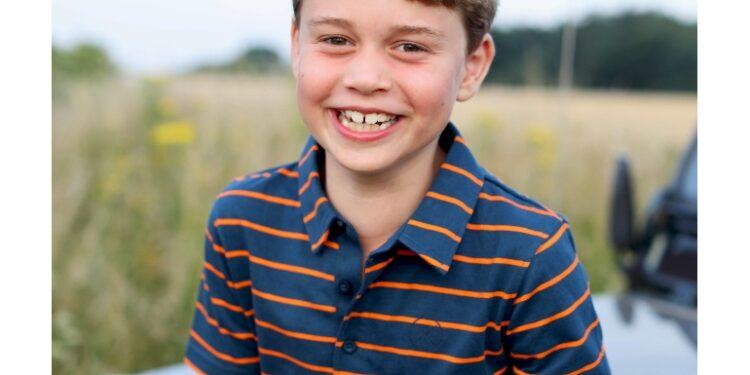 ANSAGb-principe-George-compie-8-anni-la-consueta-foto-di-Kate-750x375