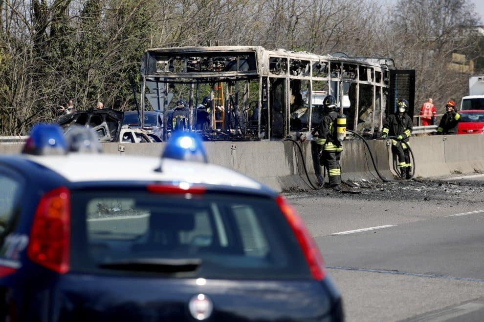 Bus incendiato e ragazzi in ostaggio. Salvini deve calmare, le acque !