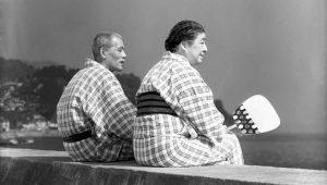 Nel film Viaggio a Tokio,  la coppia di   anziani genitori venuta a Tokio per visitare i figli, viene  convinta da loro a soggiornare ad Atami