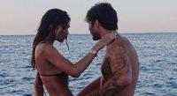 Belen e la foto romantica in barca con Stefano De Martino. Ma i fan notano un dettaglio: «Che schifo»