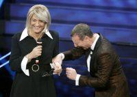 Sanremo 2020, Fiorello apre il Festival travestito da Maria De Filippi. Lei chiama in diretta