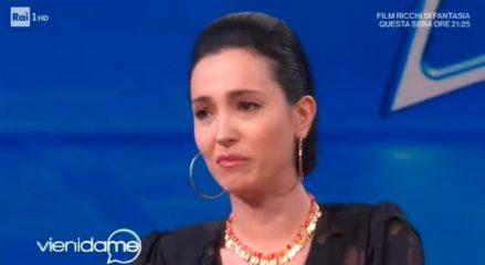 Caterina Balivo scoppia in lacrime e interrompe la conduzione di Vieni da me. Poi le scuse: «Sono giorni difficili»