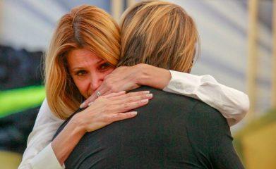 Grande Fratello Vip, Adriana Volpe scoppia in lacrime e lascia la Casa. Concorrenti terrorizzati: «Si è aggravato?»