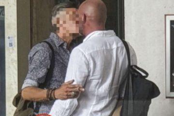"""Dandolo scoop: chi è il famosissimo e assai """"macho"""" cantante pizzicato a baciarsi con un uomo?"""