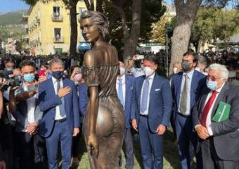 """Polemiche per la statua della """"Spigolatrice di Sapri"""" è sessista..."""