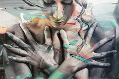 arte-astratta-della-pittura-viso-e-mani-femminili-93926884