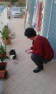 Mia moglie con Gioia la prima volta che la gatta salì sul balcone di casa