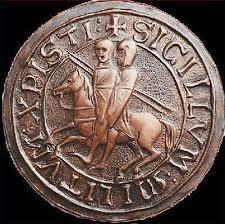 Il sigillo dei cavalieri templari è formato da un cerchio di bronzo in cui sono ritratti due soldati in groppa allo stesso cavallo, entrambi muniti di scudo: uno tiene le briglie dell'animale; l'altro dà l'impressione di stringere due lance, la sua e quella del compagno.
