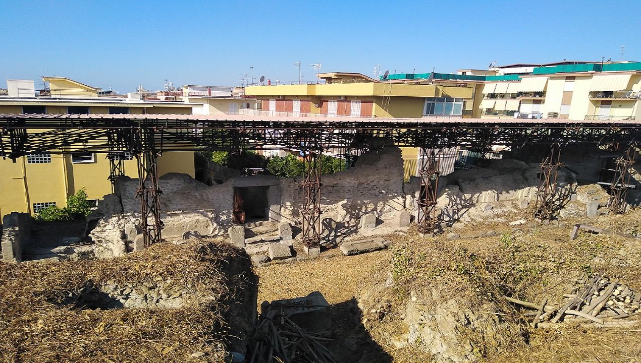 Quando, poco più di un mese fa,   si incendiarono le gradinate in legno dell'anfiteatro Flavio, in tanti non ce ne stupimmo: nel corso degli anni ripetute erano state le denunce per lo stato di abbandono e degrado in cui versavano, e in alcuni casi ancora versano, molti siti archeologici di Pozzuoli.