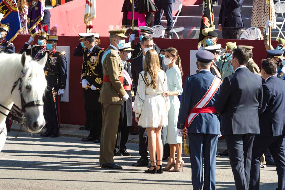 MADRID, SPAIN - OCTOBER 12: King Felipe of Spain, Queen Letizia of Spain, Princess Leonor and the president of the Spanish government Pedro Sánchez attend the National Day Military Parade on October 12, 2021 in Madrid, Spain. (Photo by David Benito/Getty Images)
