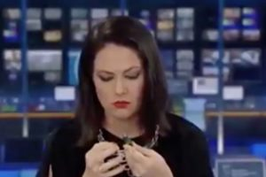 986457_abc_news_reporter_caught_iff_guard_palying_nails_8c3c4d2a4ed0bf1049f50a5a45591b35