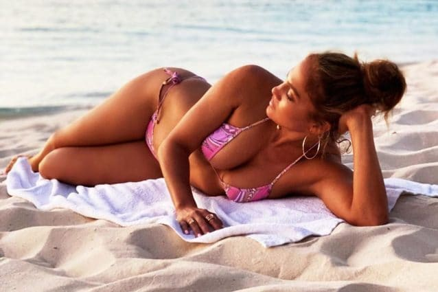 jennifer-lopez-micro-bikini-fucsia-estate-638x425