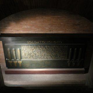 Sacello Milite Ignoto: Il Milite Ignoto che è sepolto all'interno dell'Altare della Patria a Roma è un militare italiano morto nella prima guerra mondiale
