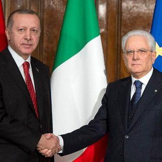 Si scandalizzano per lo scatto della leader diFratelli d'Italia ma non si indignalo per le foto del presidente della Repubblica Sergio Mattarella con il quantomeno discutibile presidente turco Recep Tayyip Erdogan