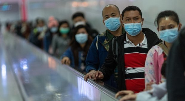 Coronavirus, l'Oms ora si scusa: «Rischio alto». A Roma è caccia alle mascherine