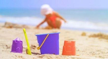 Genitori lasciano la figlia di 2 anni sepolta fino al collo nella sabbia per andare a fare sesso