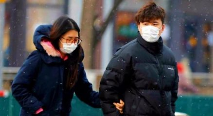 Coronavirus, l'esperto: «Evitate strette di mano, baci e abbracci più che usare le mascherine»