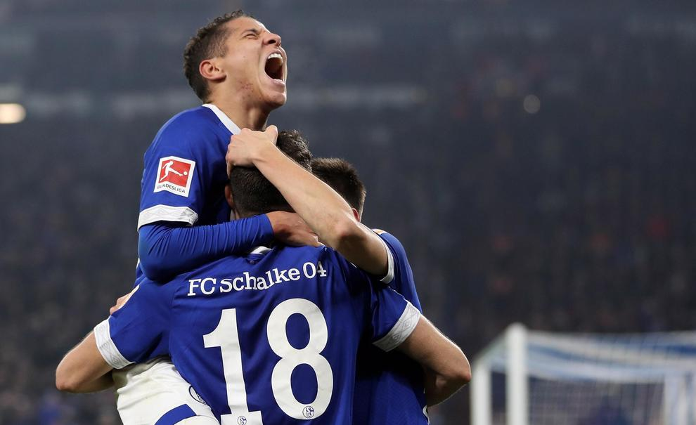epa07187824 Schalke's Amine Harit (L) celebrates scoring the fourth goal with his team during the German Bundesliga soccer match between FC Schalke 04 and 1. FC Nuremberg in Gelsenkirchen, Germany, 24 November 2018. EPA/FRIEDEMANN VOGEL CONDITIONS - ATTENTION: The DFL regulations prohibit any use of photographs as image sequences and/or quasi-video.