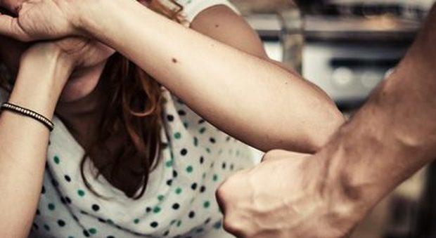 Ragazza di 20 anni violentata nel giardino di una discoteca: «E' stato un giovane dell'Est»