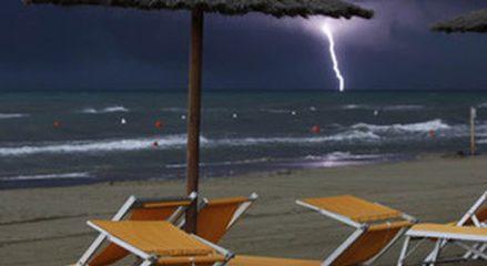 Terrore in spiaggia: fulmine colpisce un bagnante, è gravissimo