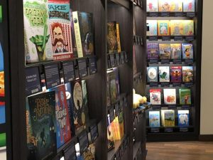 """Amazon sbarca a due passi da Central Park a New York, Il colosso dell'e-commerce ha aperto un punto vendita AmazonBooks, prima libreria """"fisica"""" nella metropoli americana. New York, 25 maggio 2017. ANSA/ SERENA DI RONZA"""
