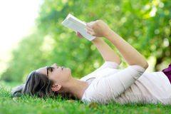 lettura-della-donna-di-estate-all-aperto-26613583