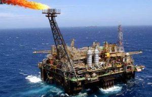 Trading: petrolio torna sotto 50 dollari. Oggi il dato sulle scorte USA