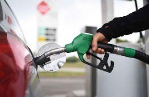 Benzina, prezzo in lieve calo malgrado il petrolio sia crollato. Perché?