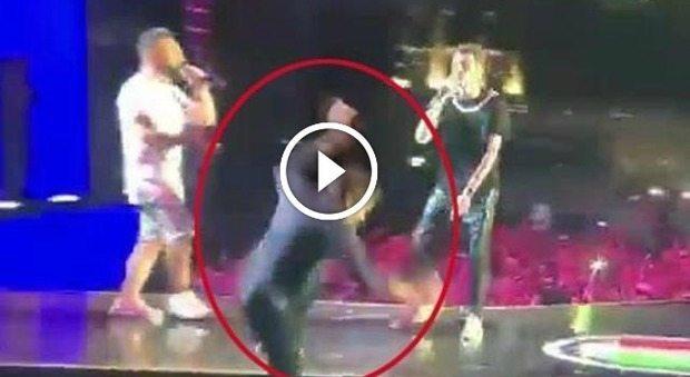 Gianni Morandi precipita giu dal palco mentre canta Mi fai volare con Rovazzi_01161852