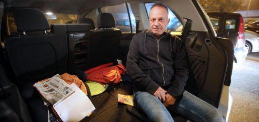 Il cabarettista Marco Della Noce, uno dei protagonisti di Zelig con le sue performance di capomeccanico in tuta rossa Ferrari, costretto a vivere in auto a Lissone, 19 ottobre 2017. ANSA/FABRIZIO RADAELLI
