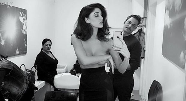 4032567_1658_belen_topless_donna_fruga_borsa_sexy_hot