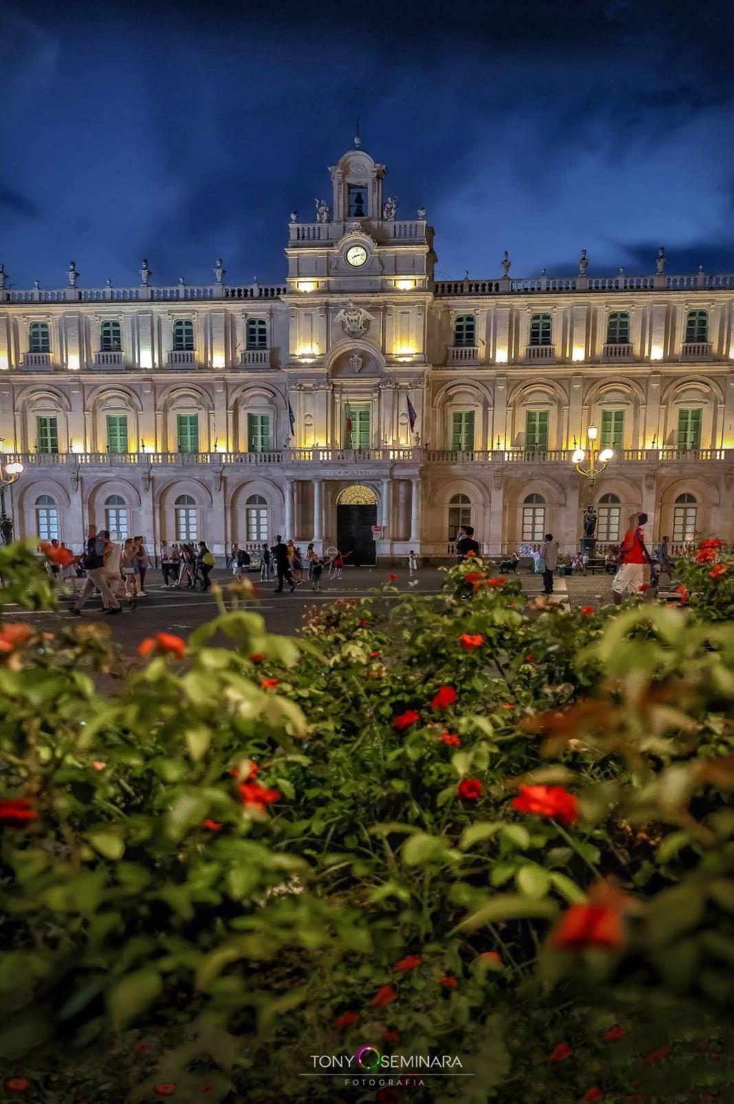 La-Splendida-Piazza-Università-di-Catania-1068x1606