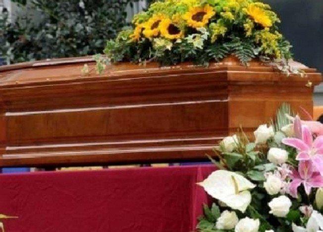 21954_si-uccide-al-cimitero-nel-giorno-del-funerale-della-mamma