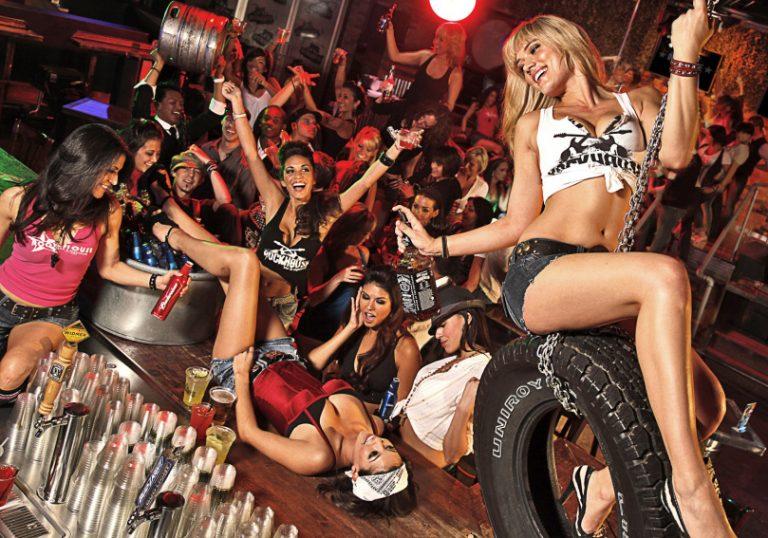 Девушки в нарядах в клубах фото
