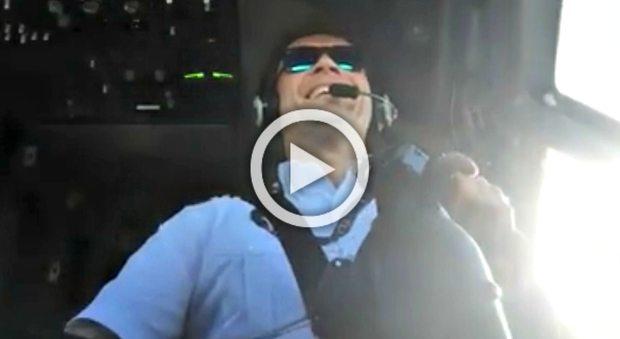 2325706_pilota_sorriso_turbolenza_aereo