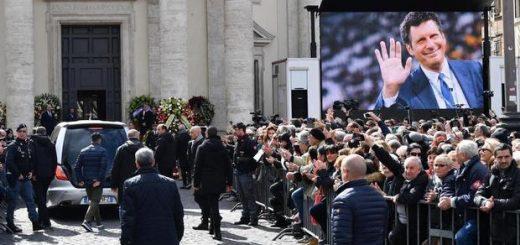 Il carro funebre con il feretro di Fabrizio Frizzi arriva a piazza del Popolo per i funerali nella chiesa degli Artisti, Roma, 28 marzo 2018. ANSA/ ETTORE FERRARI